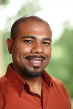 Gelukkig Afro-Amerikaanse man glimlachend Stockfoto