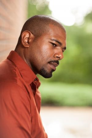 man thinking: Portrait d'homme afro-am�ricain pens�e