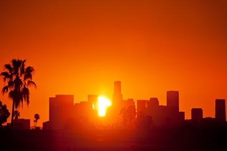 로스 앤젤레스 시내의 스카이 라인을 통해 일출. 아직도 인터벌 시퀀스에서 사진.