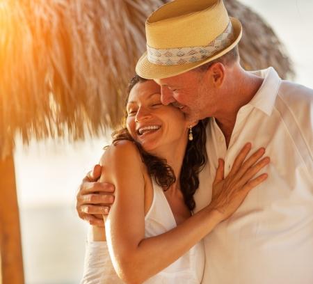 Gelukkig Kaukasische volwassen senior volwassen paar kus op tropisch strand, close-up.