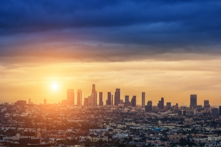 로스 앤젤레스 도시의 스카이 라인을 통해 일출