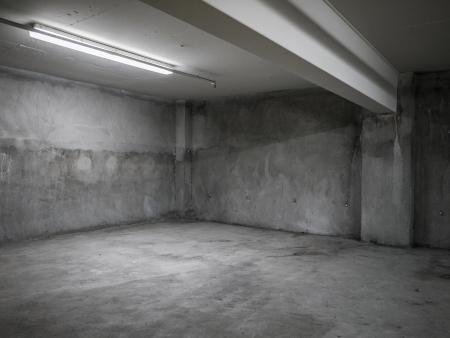 지하에: 빈 회색 콘크리트 산업 룸 인테리어.