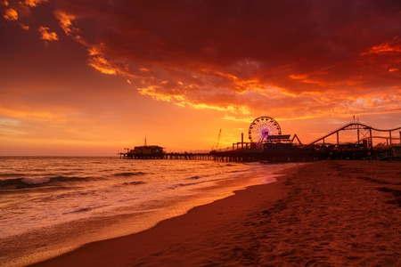 Santa Monica Pier reuzenrad over zonsondergang hemel achtergrond. Los Angeles, Californië.