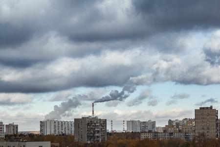 paesaggio industriale: Ciminiere inquinanti cielo nuvoloso industriale della città con il fumo.