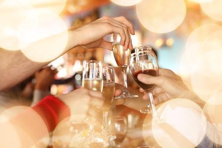 saúde: Celebration. Mãos segurando as taças de champanhe e vinho fazem um brinde.