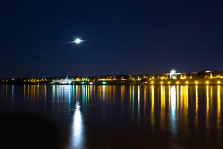 Körkép az orosz város éjjel a folyóparton. Nyári Night