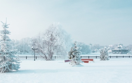 Icy winter embankment covered with snow  Russia, Yaroslavl 新闻类图片