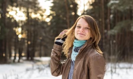 Csinos lány sétál az erdőben a tél elején