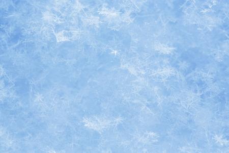 glistening: Glistening cristales de hielo se encuentran en el fondo de la superficie de la nieve