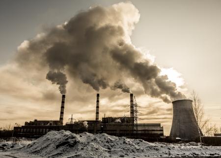 contaminacion aire: F�brica contamina las emisiones a la atm�sfera nocivos. Rusia, Yaroslavl Foto de archivo