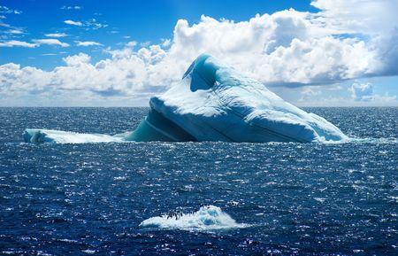 melting: Isla de hielo de la Ant�rtida con ping�inos en el Oc�ano Atl�ntico