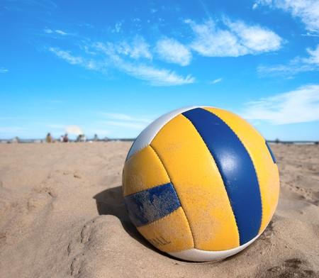 balon de voley: Voleibol en arena caliente. Zona de recurso. Playa soleada.