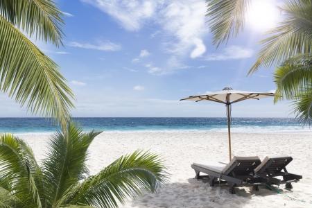 strandstoel: Strandstoel op zonnige kust. Seychellen. Mahe.