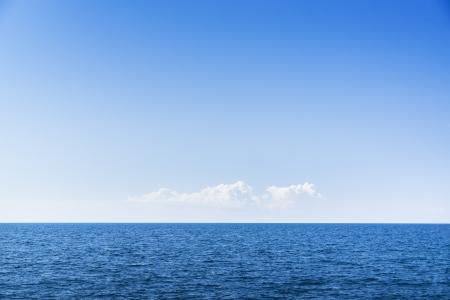 cielo y mar: Cloudscape. Cielo azul y nubes blancas. Mar y el horizonte