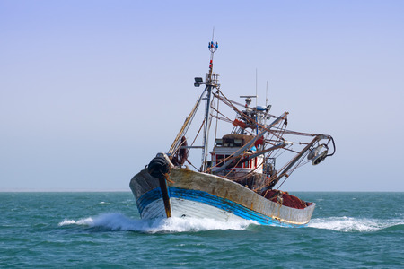 Un barco de pesca está en la pesca marítima. Soleado. Foto de archivo - 27917099