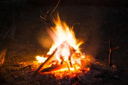 acampar: Las llamas de una fogata en la noche Foto de archivo