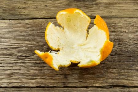orange peel clove: Mandarini maturi su fondo in legno Archivio Fotografico