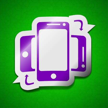 sincronizacion: Sincronizaci�n icono de la muestra. S�mbolo elegante de color etiqueta adhesiva sobre fondo verde. ilustraci�n