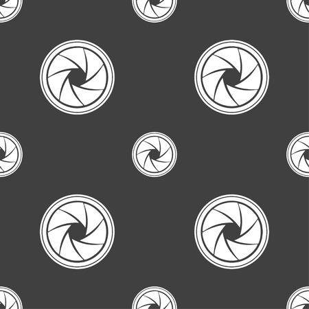 diaframma: diaphragm icon. Aperture sign. Seamless pattern on a gray background. Vector illustration Vettoriali
