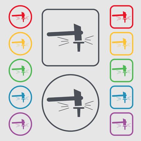 La forge. Forge et stithy, forgeron icône signe. symbole sur les boutons carrés avec cadre rond et. Vector illustration