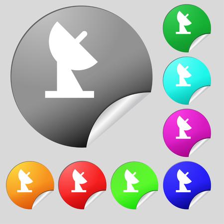 señal de icono de plato de satélite. Conjunto de ocho botones redondos multicolores, pegatinas. Ilustración vectorial