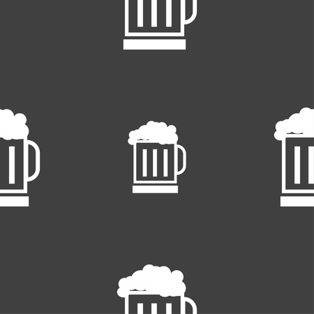Beer glass icon sign. Seamless pattern on a gray background. Vector illustration Vettoriali