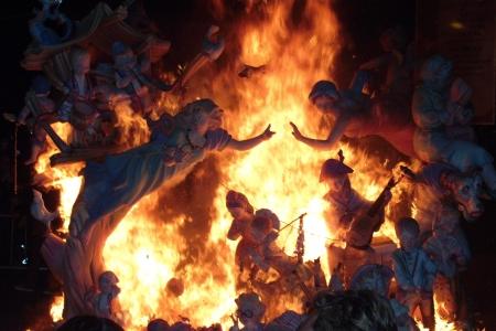 papier mache: Entre las llamas Foto de archivo