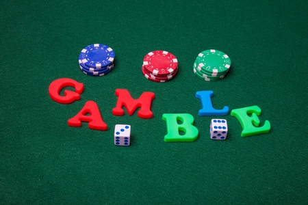 Gamble, dobbelstenen en poker chips.