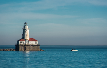 lake michigan lighthouse: White lighthouse on Michigan Lake Foto de archivo