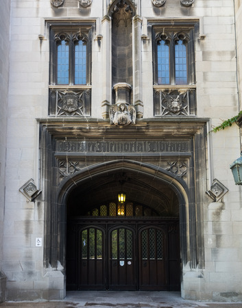 シカゴの図書館の大きな木製の黒い扉