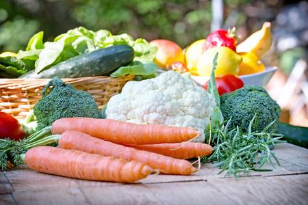 テーブルの上の有機野菜 写真素材