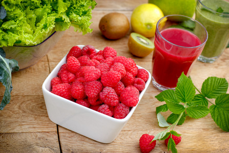 Biologische frambozen en smoothie van framboos frambozensap