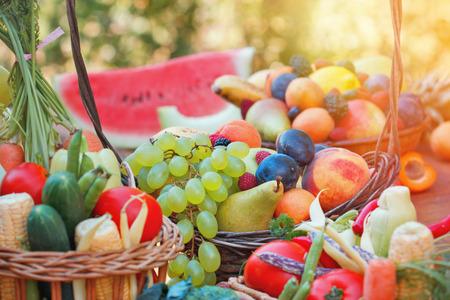 新鮮な有機性果物と野菜
