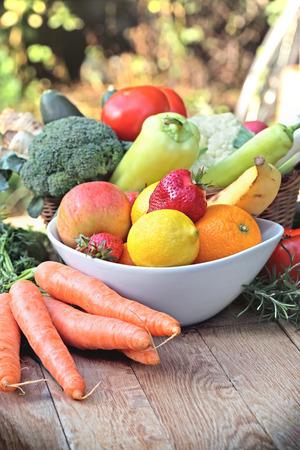 Frutas orgânicas frescas e legumes - alimentos saudáveis Imagens