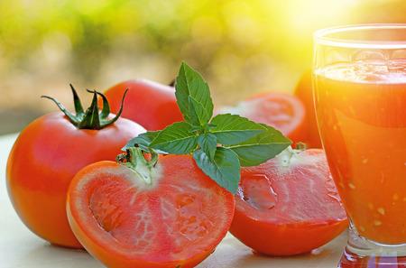 jugo de tomate: Tomates y jugo de tomate - smoothie Foto de archivo