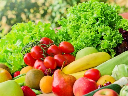 corbeille de fruits: Les fruits et l�gumes frais Banque d'images