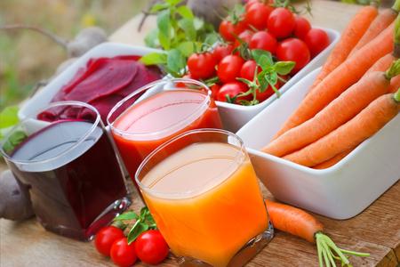 Wortelsap, tomatensap en bietensap Stockfoto