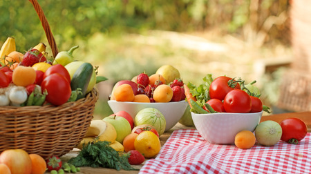 canastas con frutas: Tabla está llena de varias frutas y verduras orgánicas