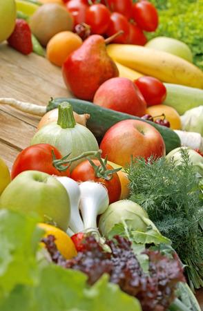 Свежие фрукты и овощи - веганский питание Фото со стока