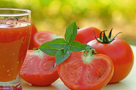 jugo de tomate: Tomato juice and tomato Foto de archivo