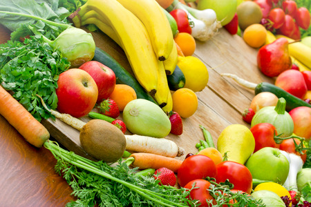新鮮的有機水果和蔬菜豐富 版權商用圖片