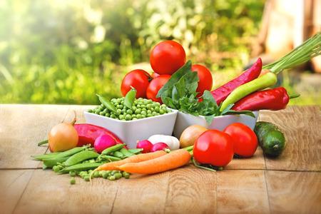 legumes: Des l�gumes biologiques frais sur la table Banque d'images
