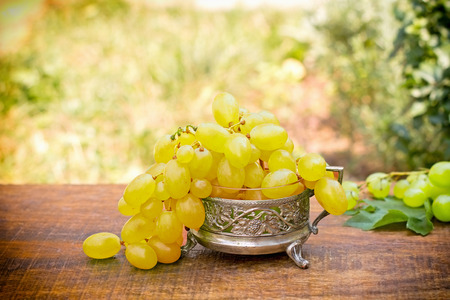 wei�e trauben: Fresh green - white grapes