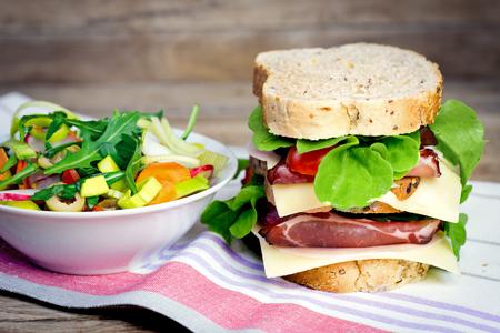 ensalada tomate: Sandwich de jam�n - jam�n y ensalada Foto de archivo