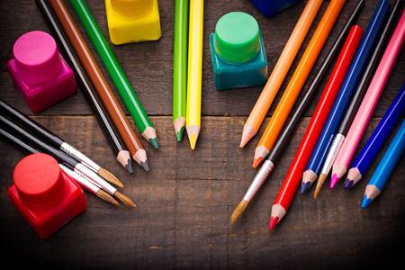 Színes ceruzák - színes ceruza, fa rusztikus asztal Stock fotó