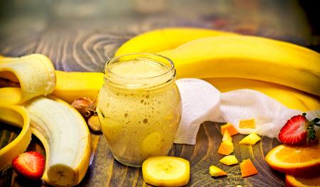 licuado de platano: Smoothie del pl�tano - bebida refrescante saludable Foto de archivo