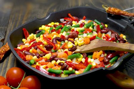 frijoles rojos: ensalada mexicana - Ensalada mexicana preparada en una sartén