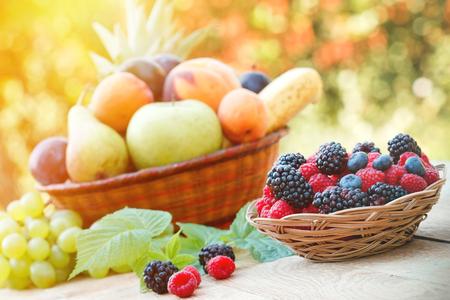 Gezonde voeding - Biologisch voedsel (vers fruit) Stockfoto