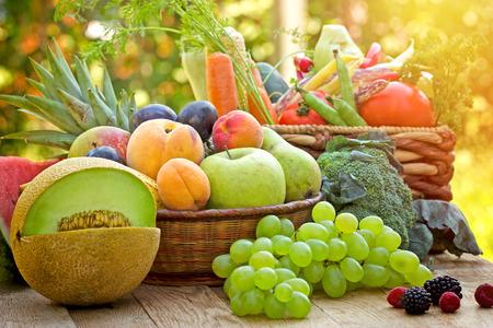 Egészséges ételek, egészséges táplálkozás - friss bio zöldségek és gyümölcsök