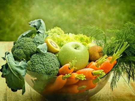 Экологически чистые фрукты и овощи - Ингредиенты для зеленого сердцееда Фото со стока